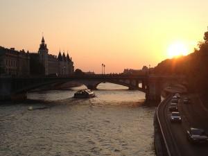O pôr do sol no rio Sena